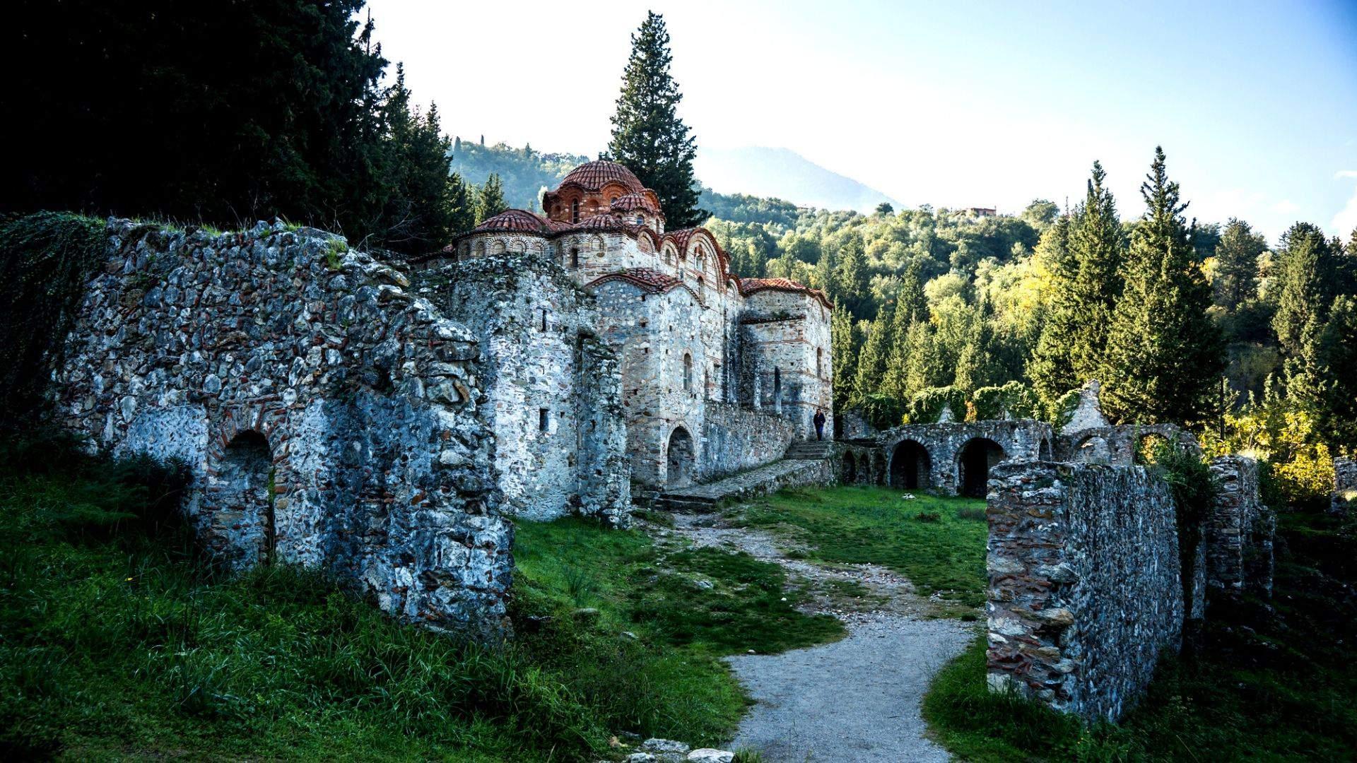 Būtinai pasivaikščiokite Mistrų vienuolyno griuvėsiuose