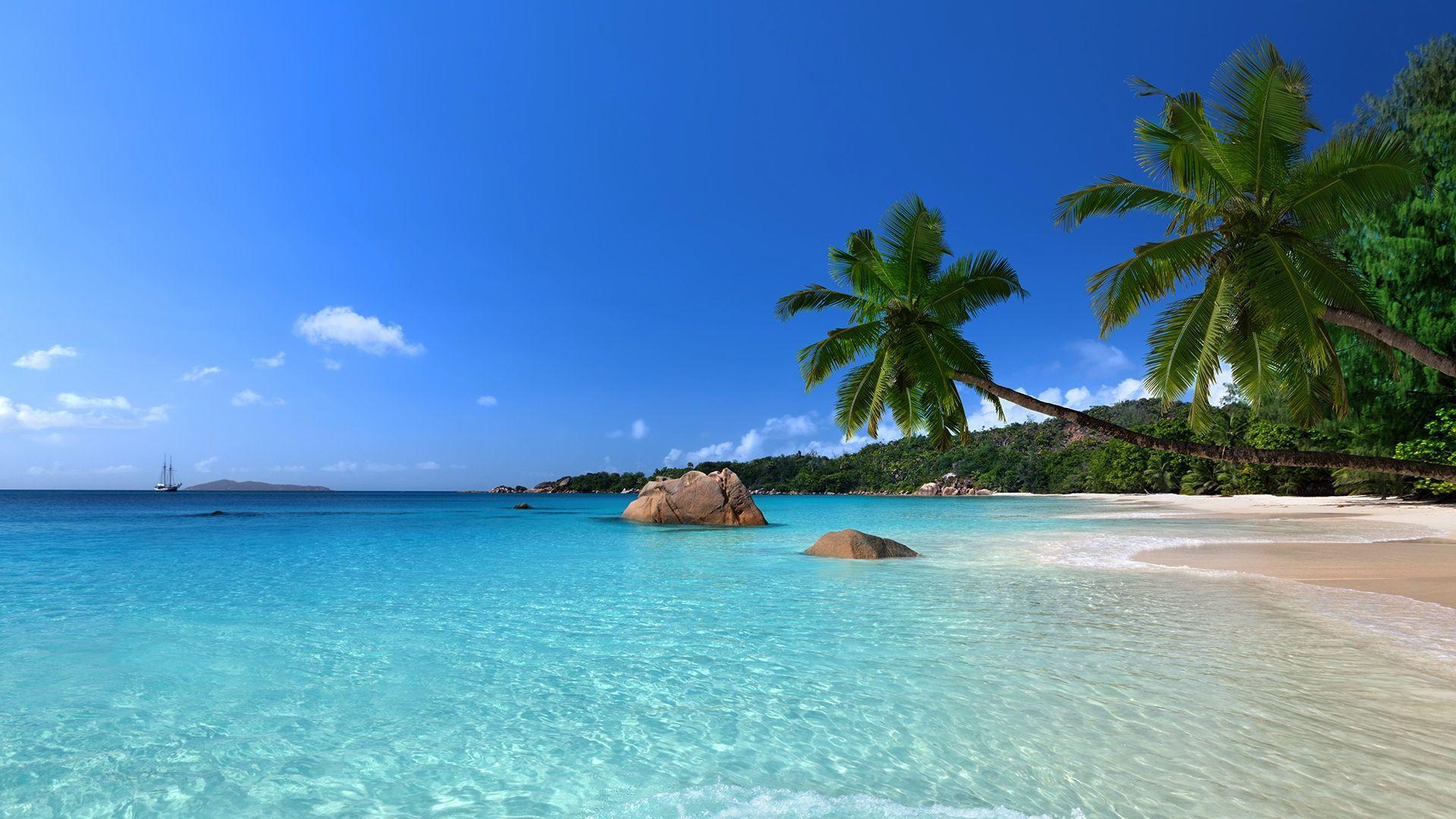 Balta smėlis ir dangaus žydrumo jūra