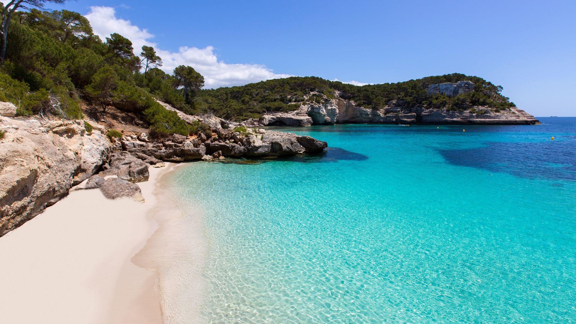 Menorką skalauja smaragdinė Viduržemio jūra