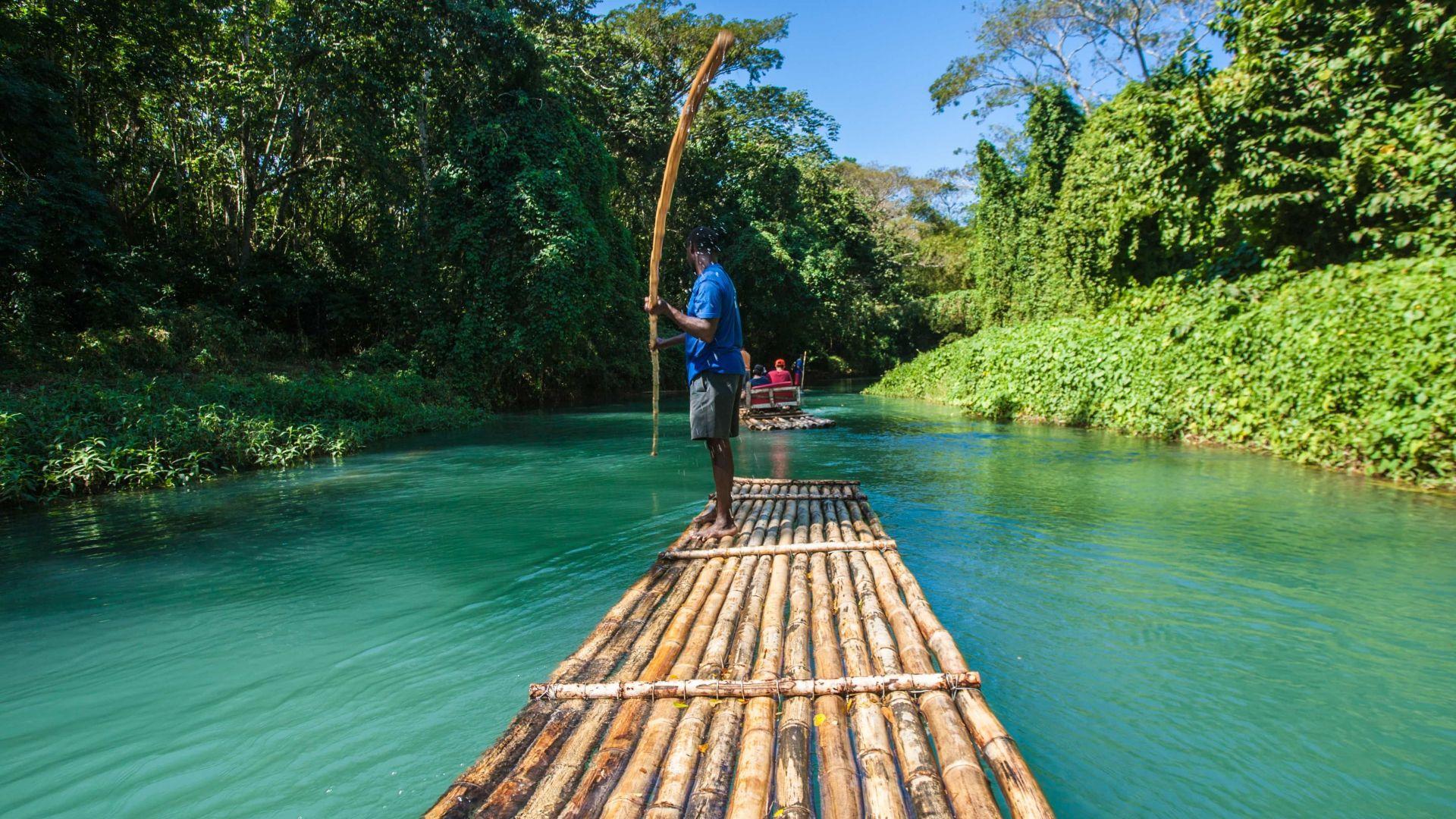Plaukimas upe bambukiniu plaustu - mėgstama keliautojų pramoga
