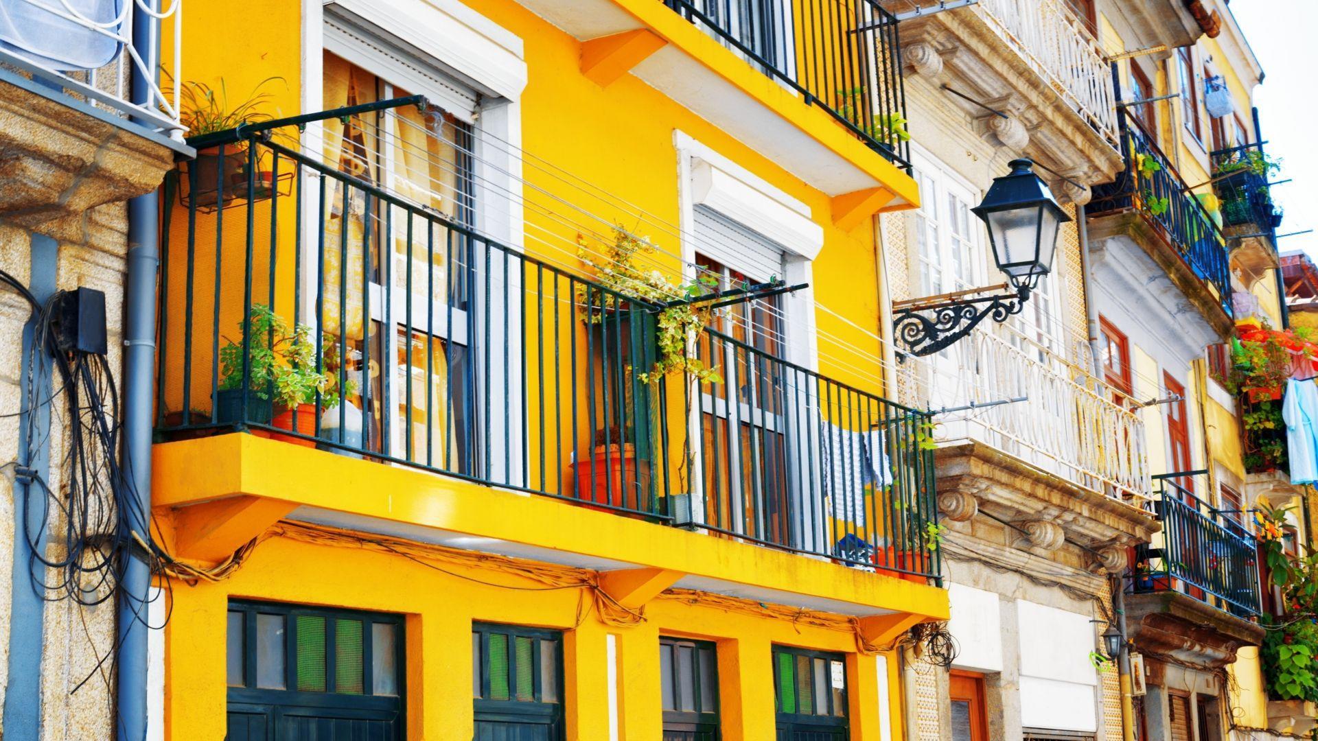 Spalvingi senų namų fasadai Porto mieste