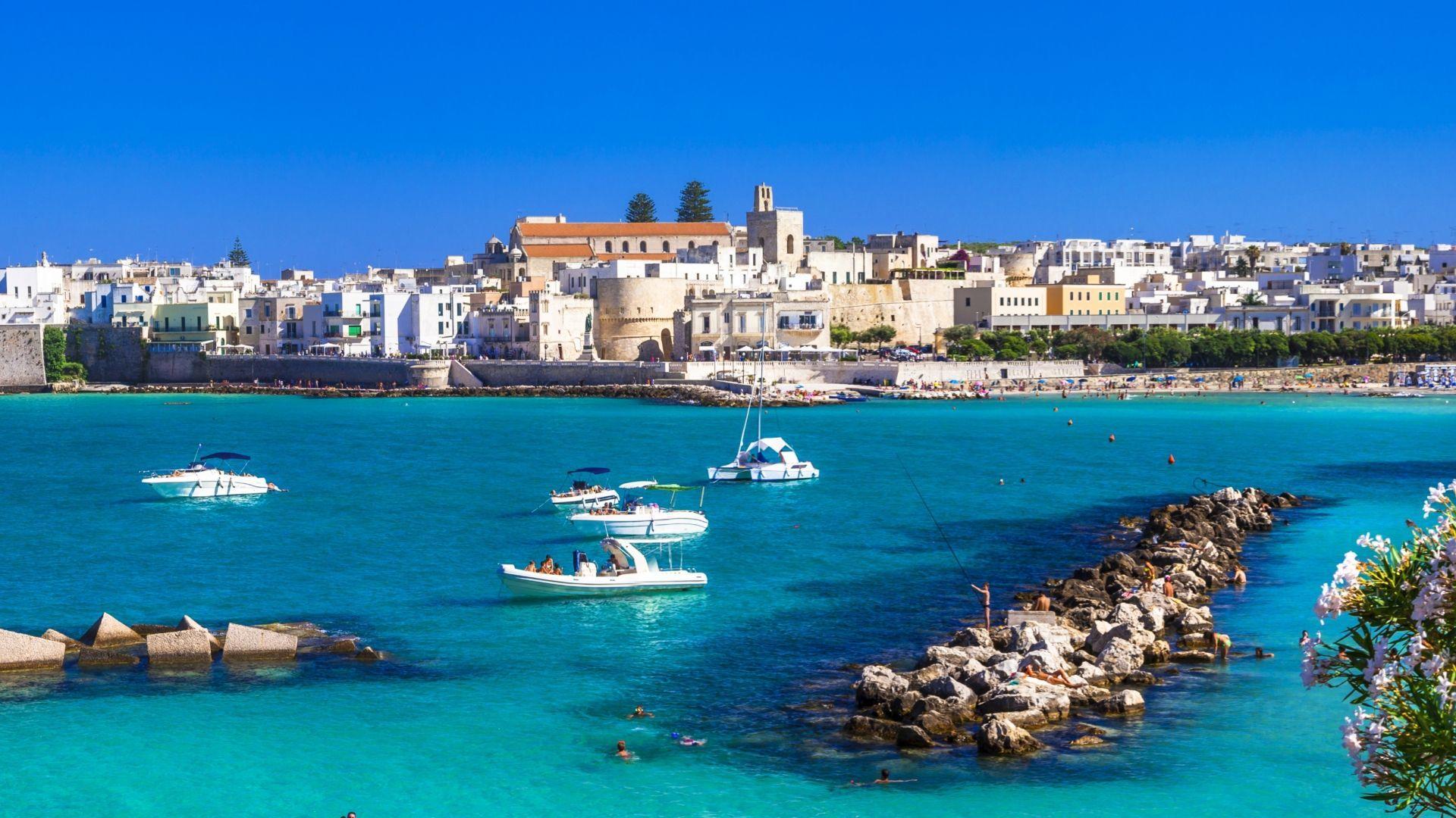 Keliautojus traukiantis Otranto paplūdimys