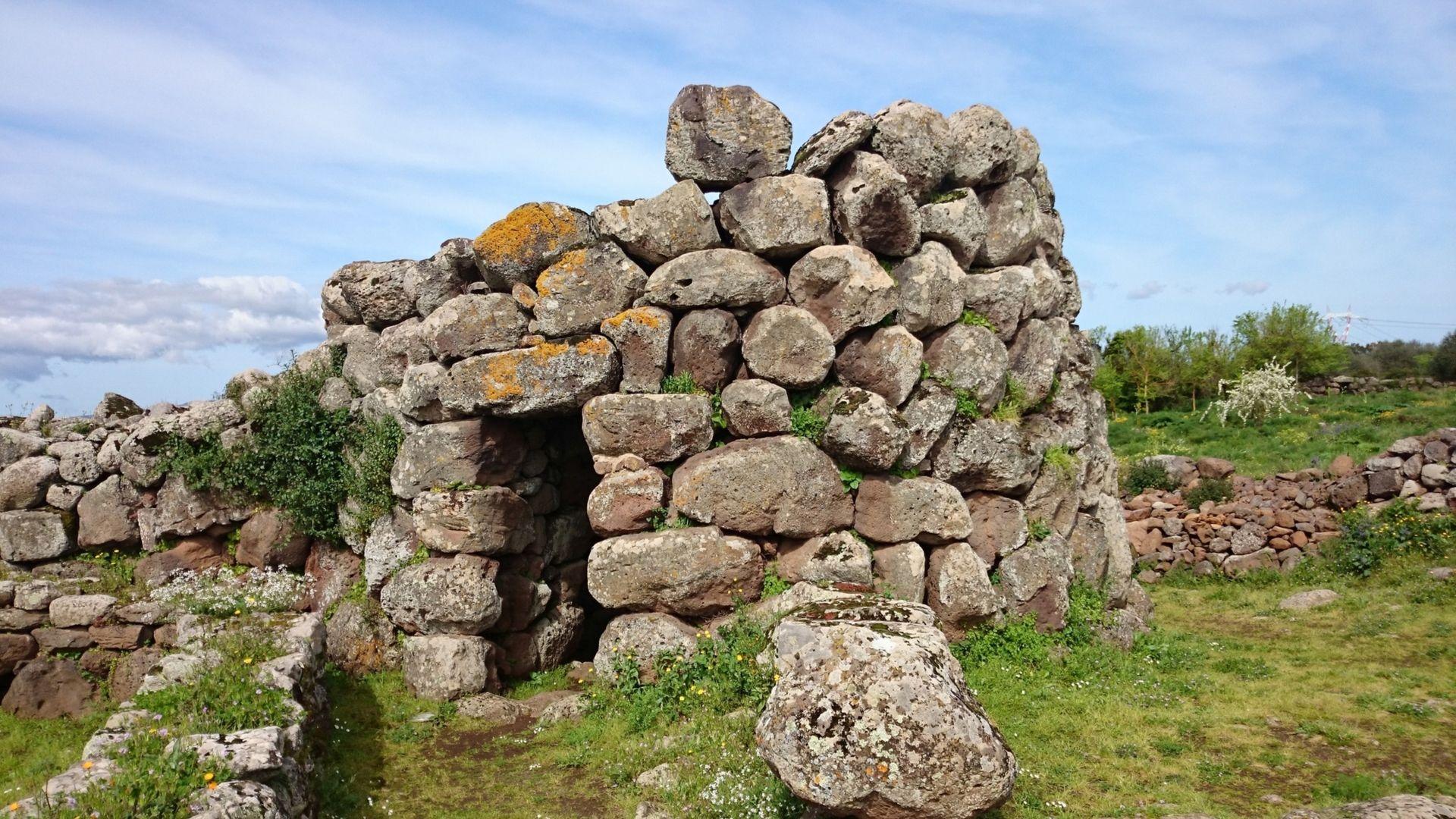 Saloje išsibarstę nuragai - neįprasti statiniai iš akmens