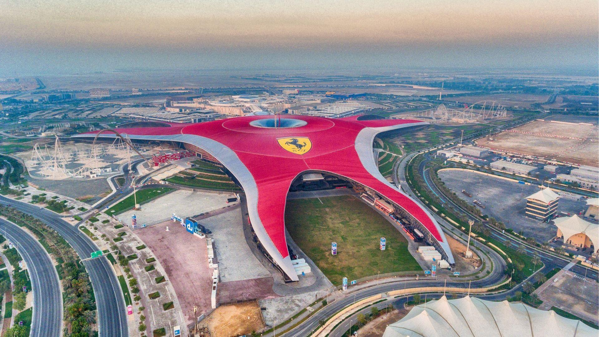 """Keliaudami Abu Dabyje aplankykite """"Ferrari World"""" pramogų parką"""