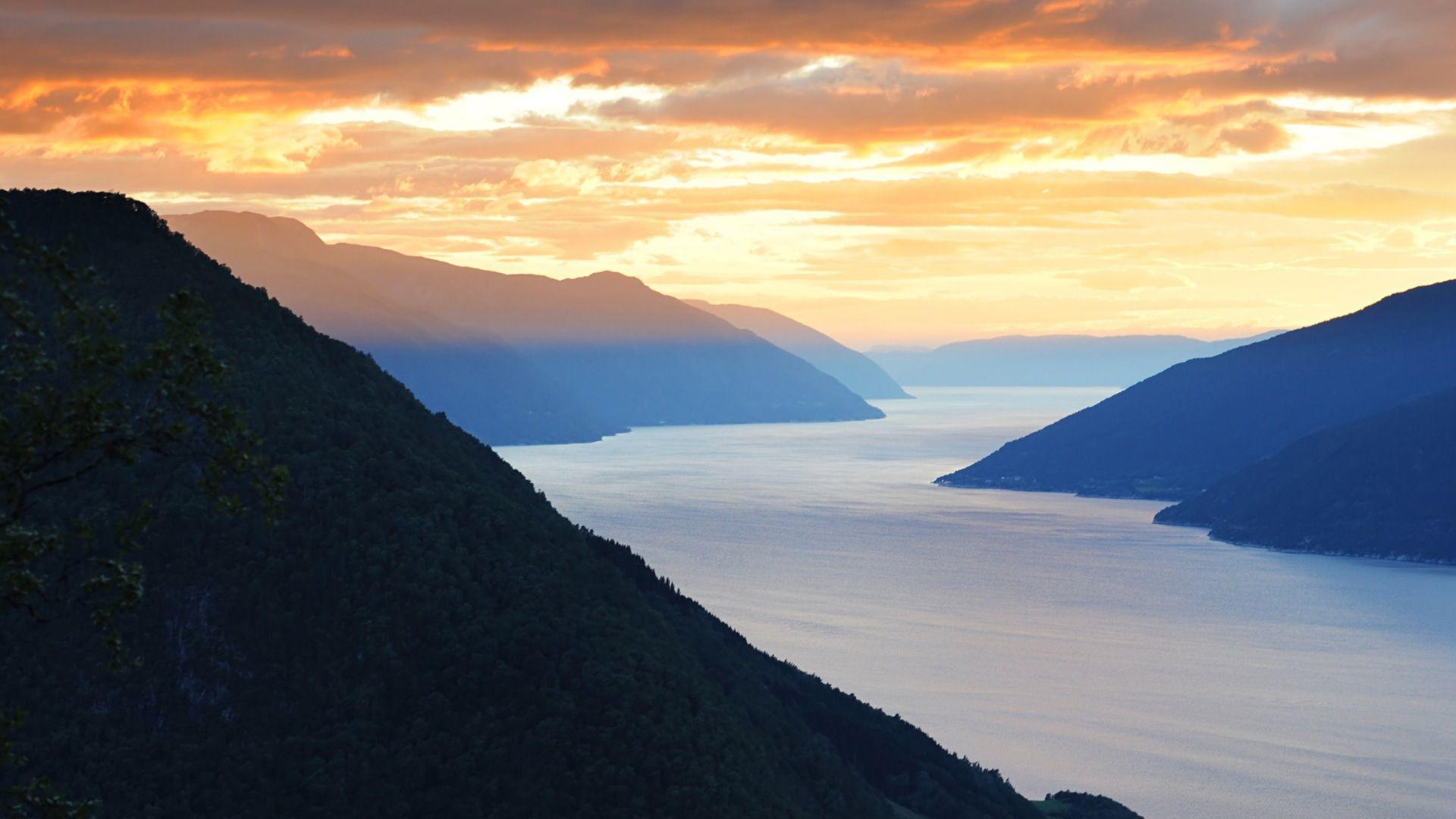 Saulėlydžio šviesoje paskendę fiordai