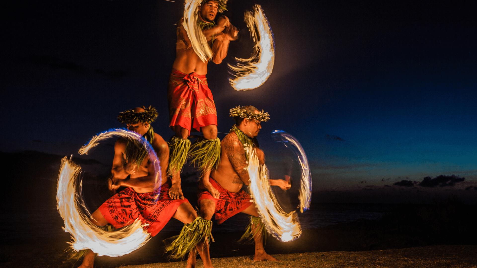Keliautojus žavi vietinių Havajų gyventojų ugnies šokis