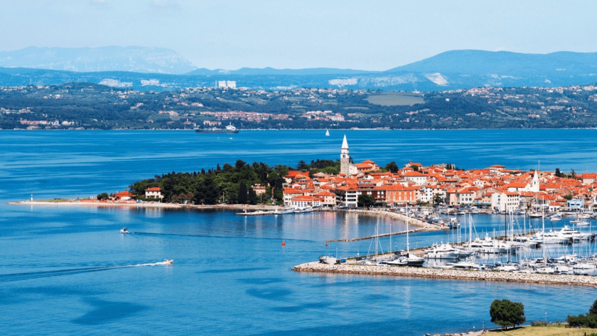Izolos miesto panorama - kaip atvirukas