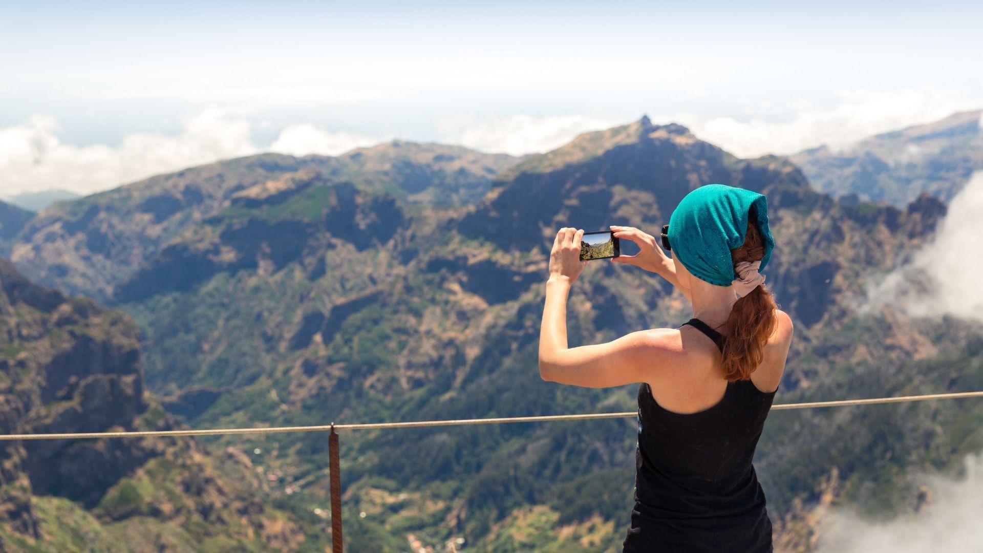 Kalnų viršūnes stebinti keliautoja