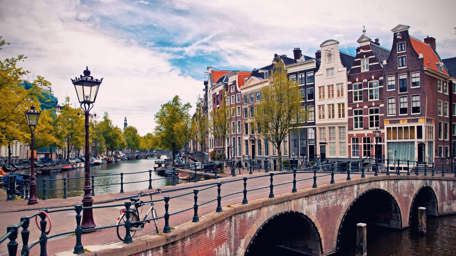 Visą Amsterdamą puošia iškasti kanalai