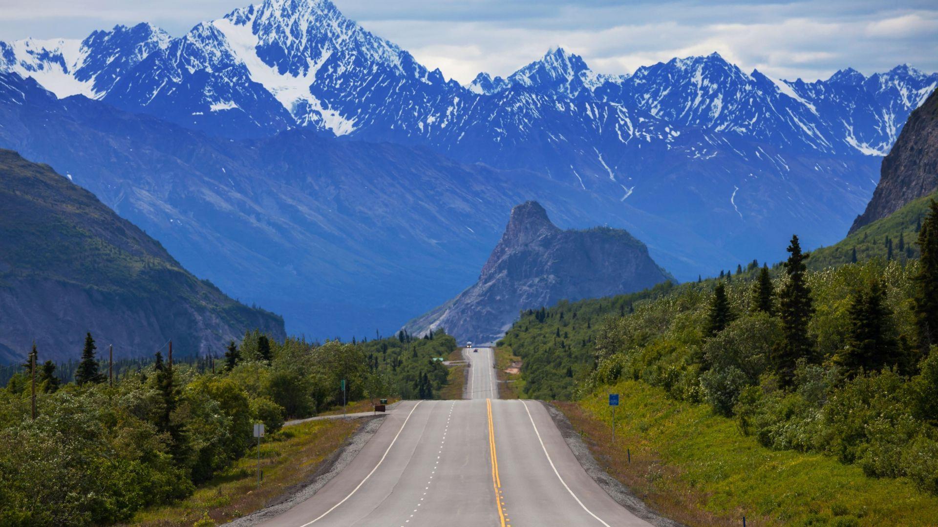Važiuodami Aliaskos keliais galima grožėtis Jus supančiais kalnais