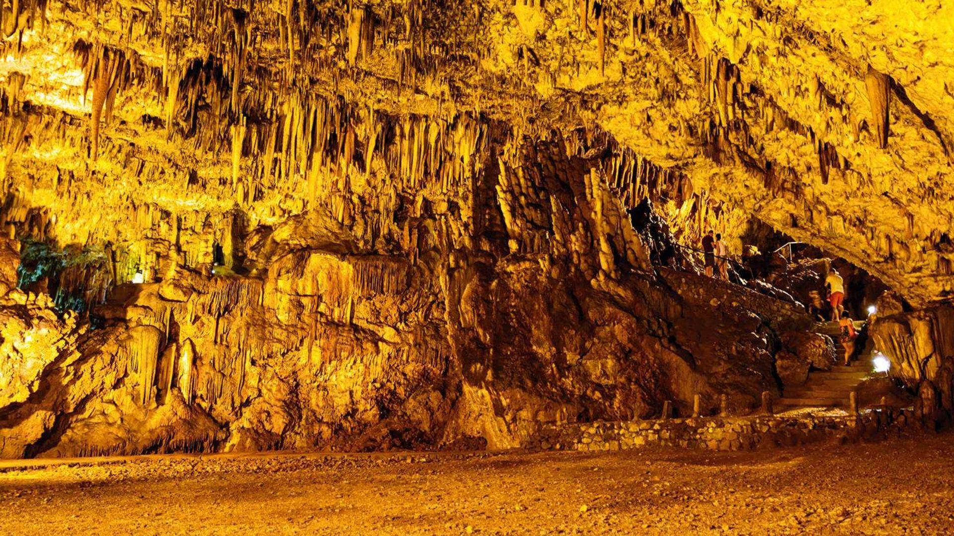 Kelionės metu aplankykite Drogaračio stalaktitų urvus