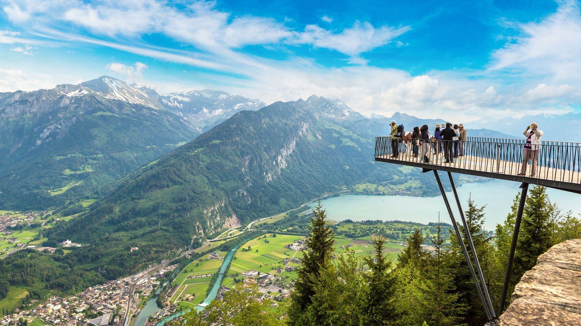 Kvapą gniaužiantis Interlakeno vaizdas iš apžvalgos aikštelės