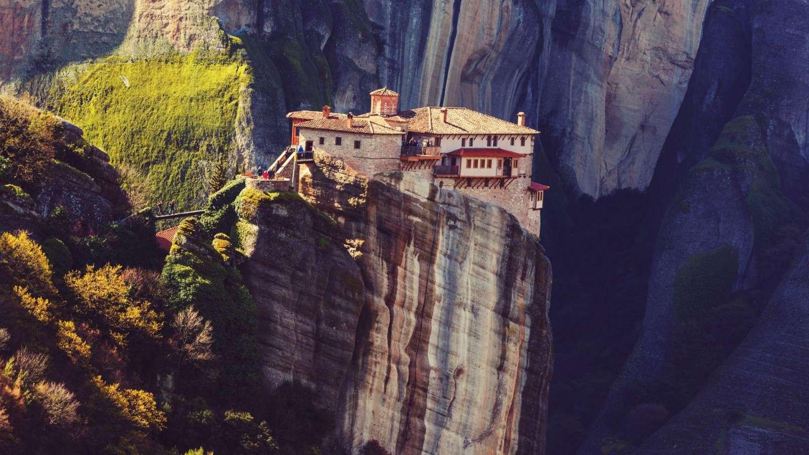 Kvapą gniaužiantis Meteora vienuolyno vaizdas
