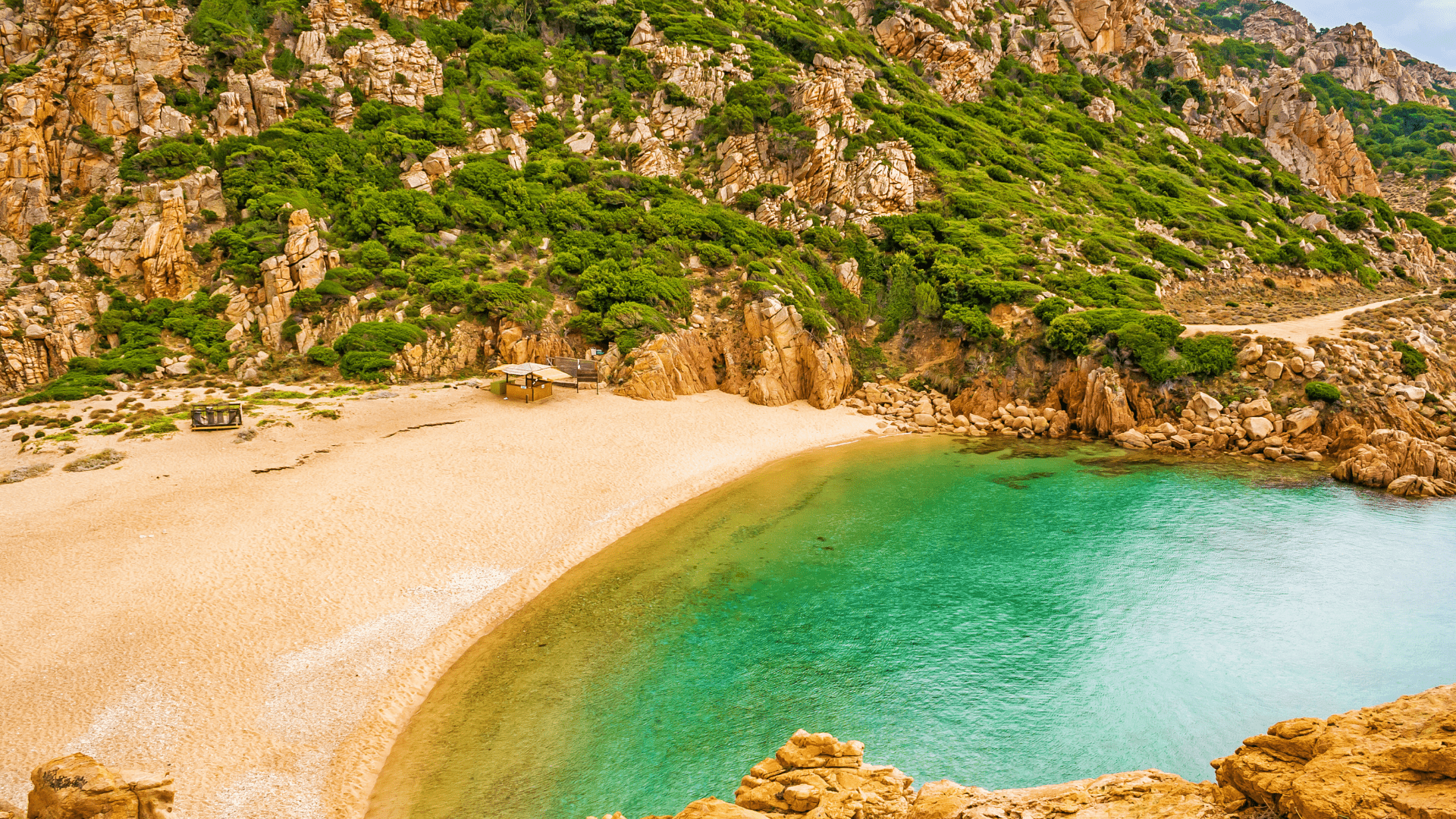 Li Cossi paplūdimys - vienas populiariausių Sardinijoje