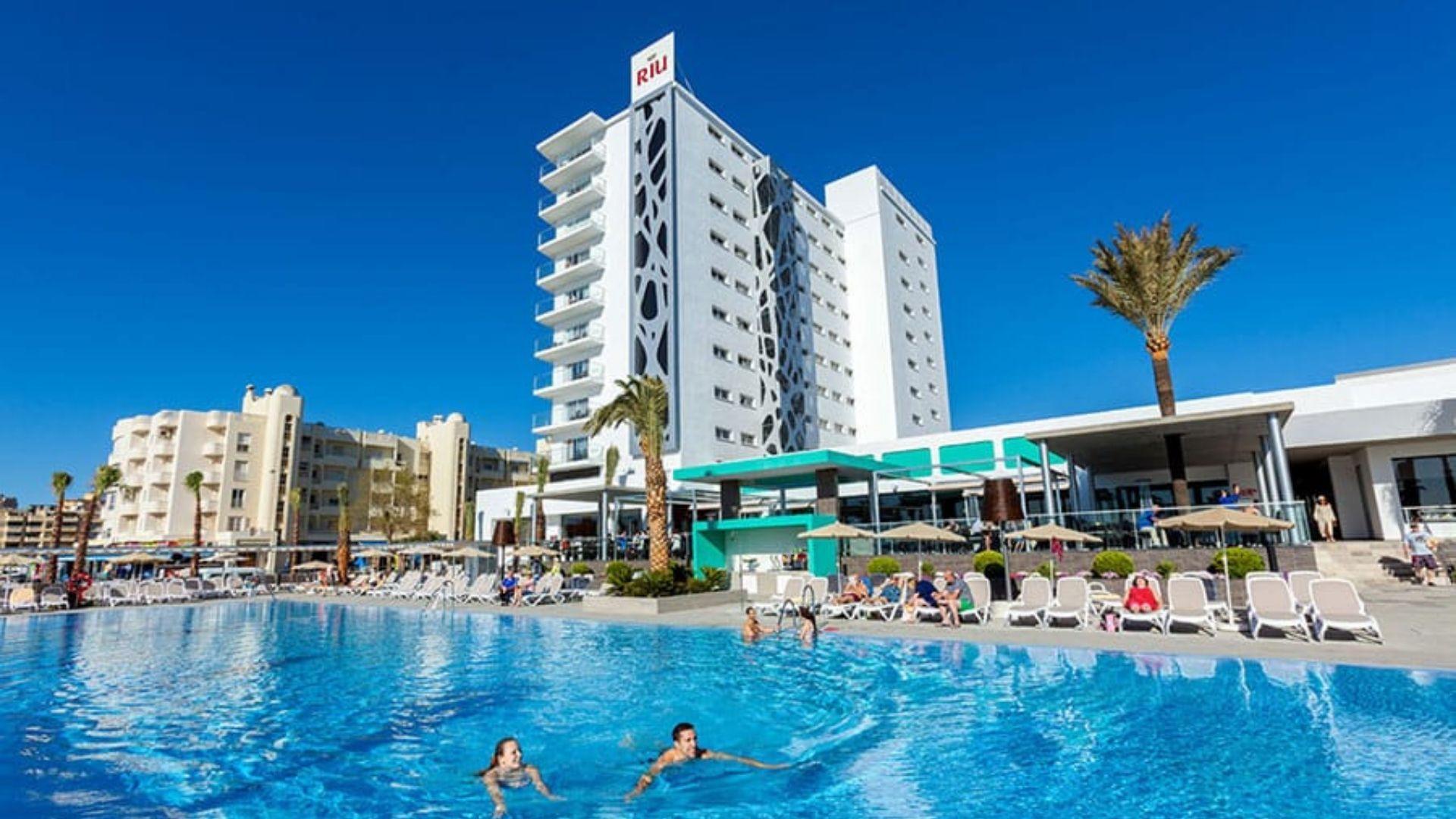Mėgaukitės nerūpestingomis atostogomis viešbučio baseine