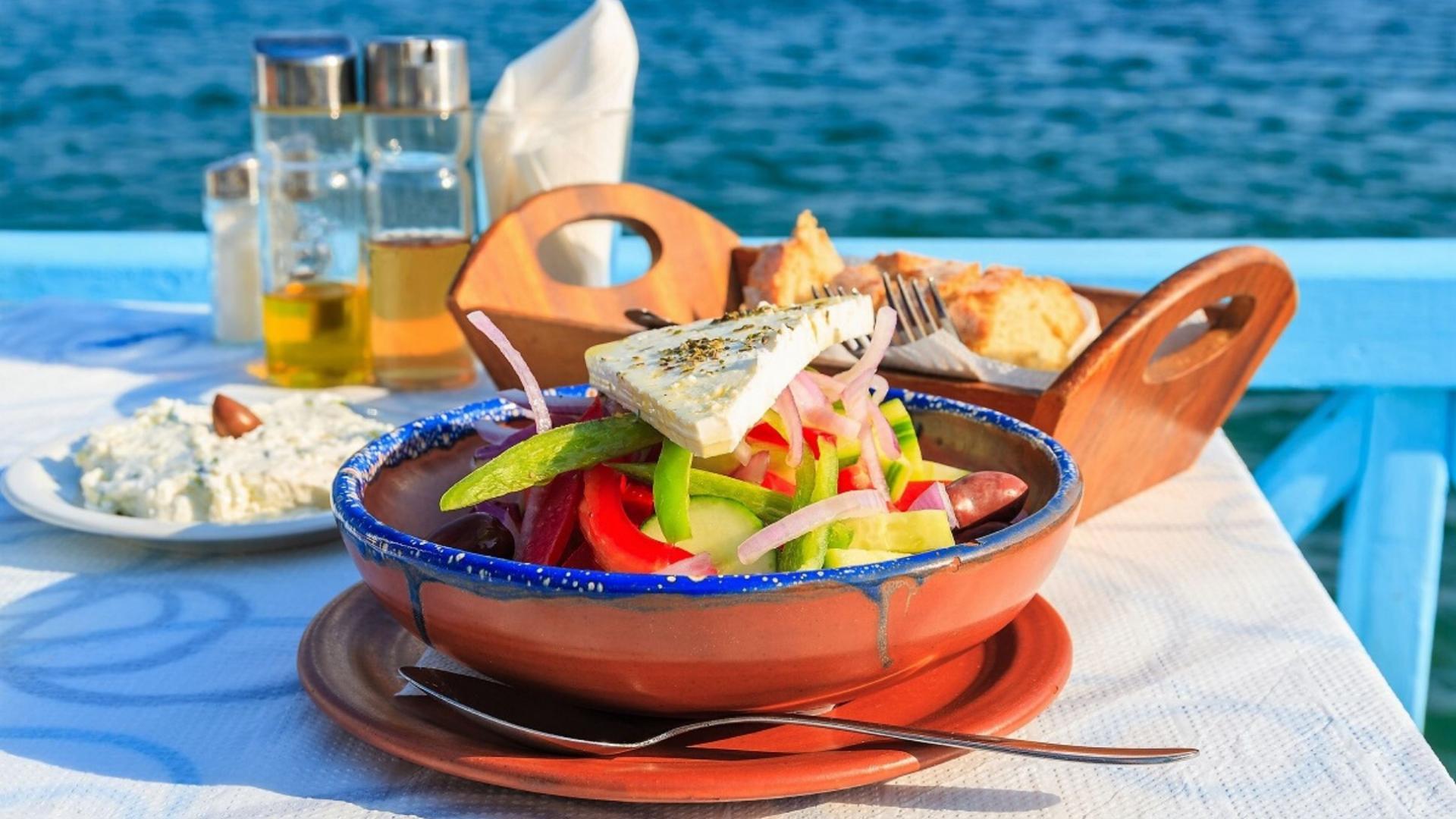 Mėgausitės gaiviomis graikiškomis salotomis