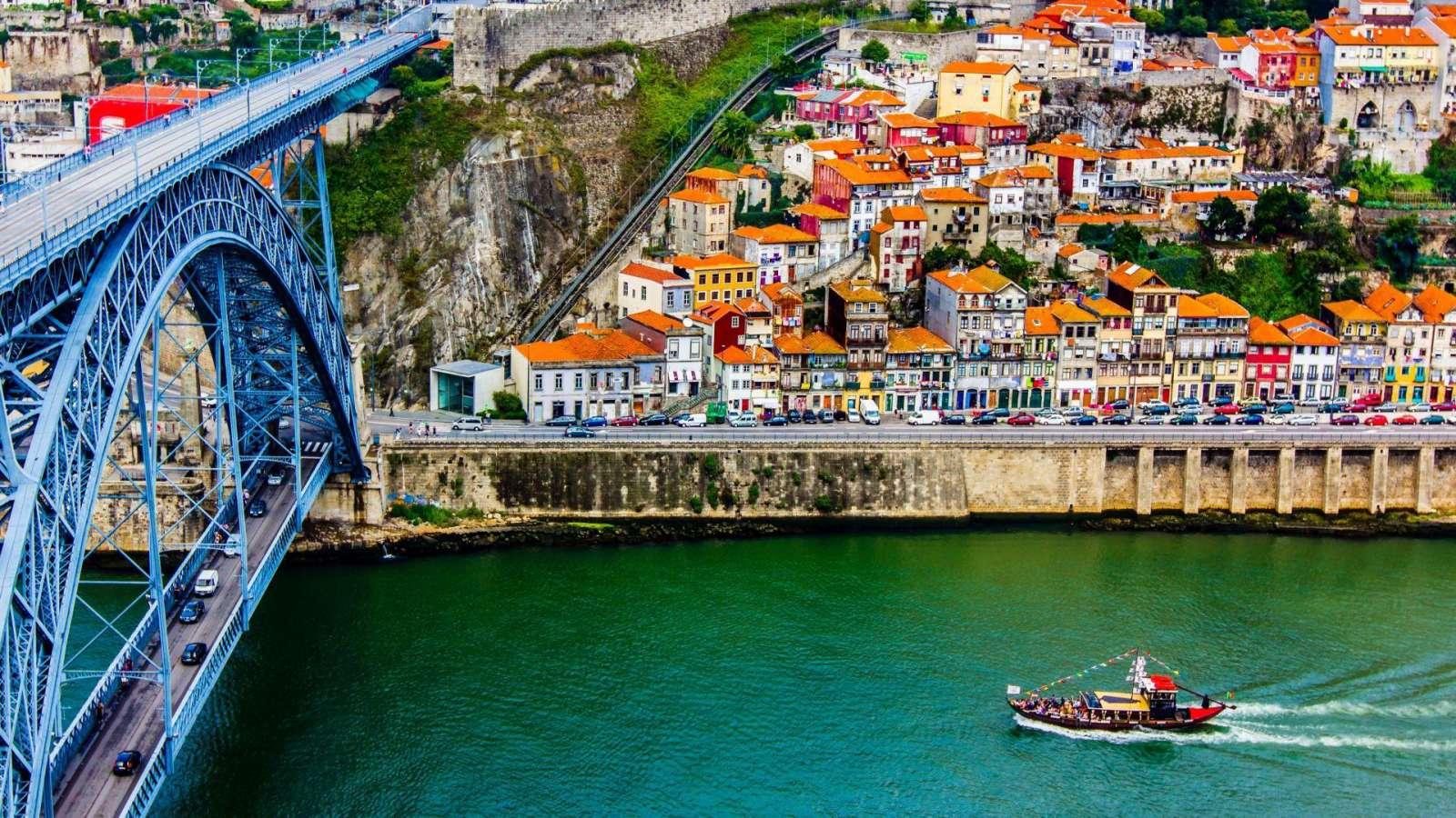 Metalinis Dom Luis tiltas senovės Porto mieste, Portugalijoje.