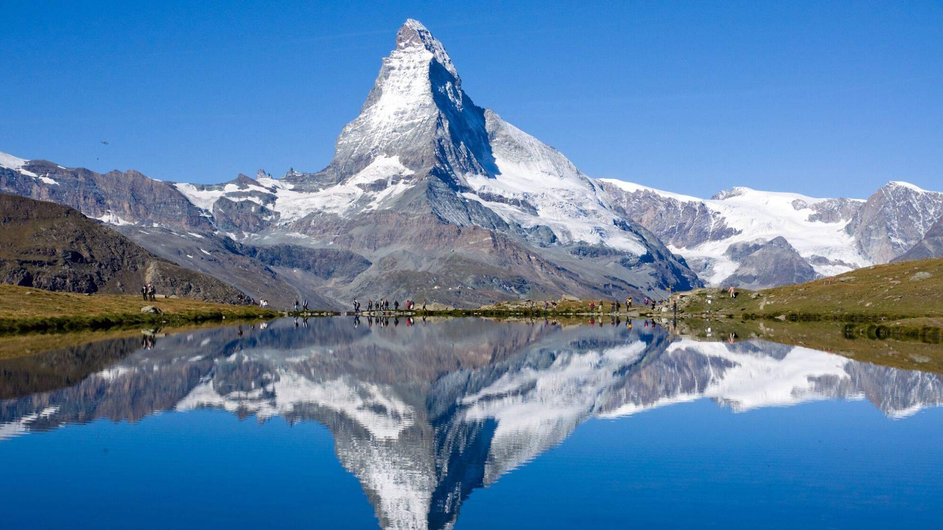 Netoliesi stūkso legendinis piramidės formos Materhorno kalnas - Alpių kalnų pažiba