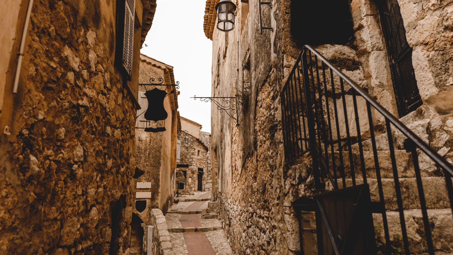 Nuvykę pasivaikščiokite viduramžių miestelio gatvėmis