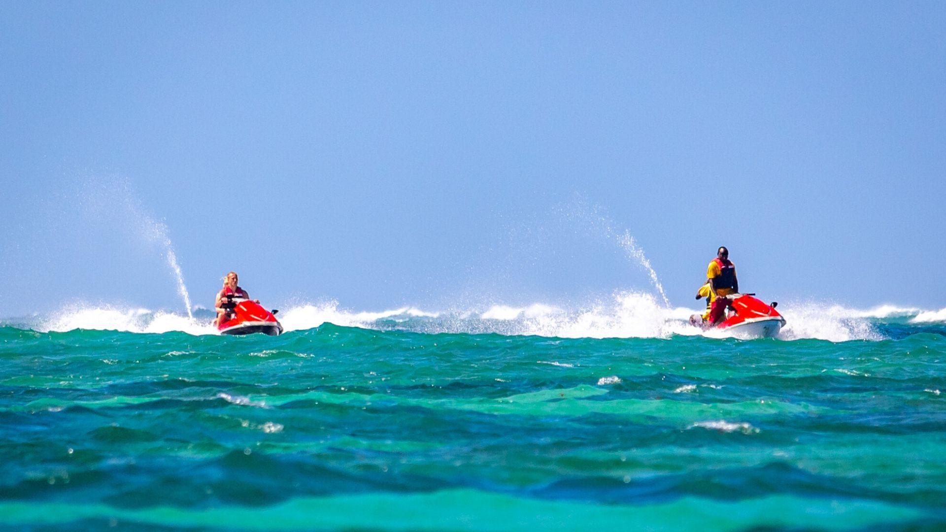 Poilsiaudami Diani Beach kurorte, galėsite smagiai plaukioti vandens motociklais