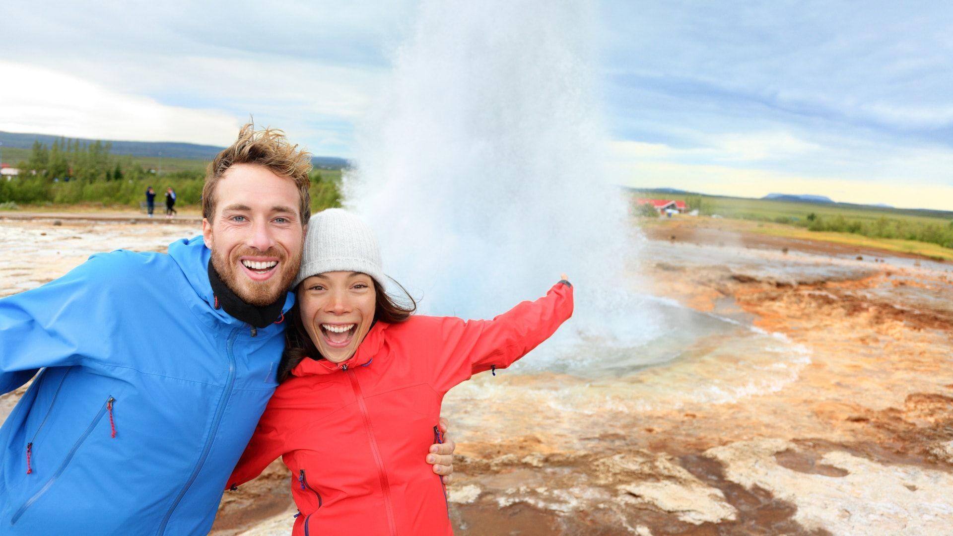 Pora keliautojų prie Strokkur geizerio