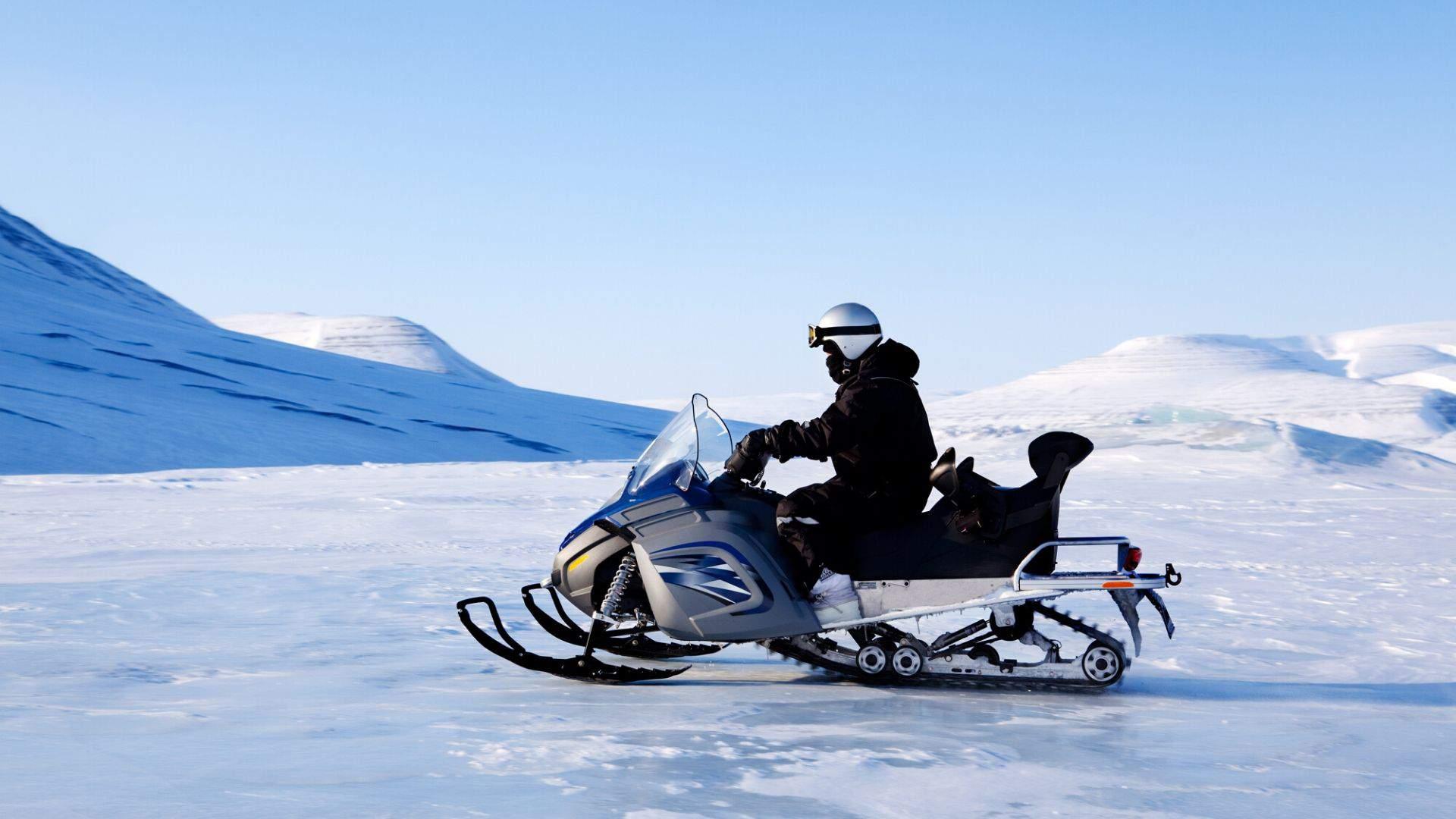 Pramogaukite Laplandijoje važinėdamiesi sniegomobiliu