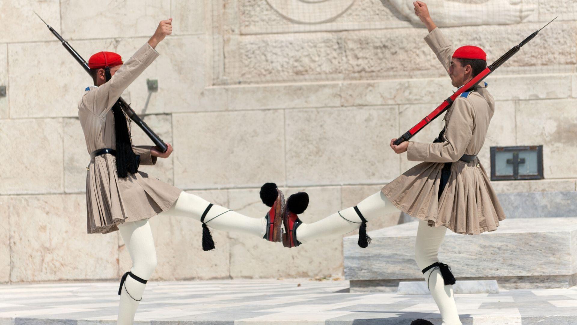 Karališkųjų rūmų sargybininkų pasikeitimo ceremonija – išskirtinis reginys, kurį mėgsta stebėti miesto svečiai