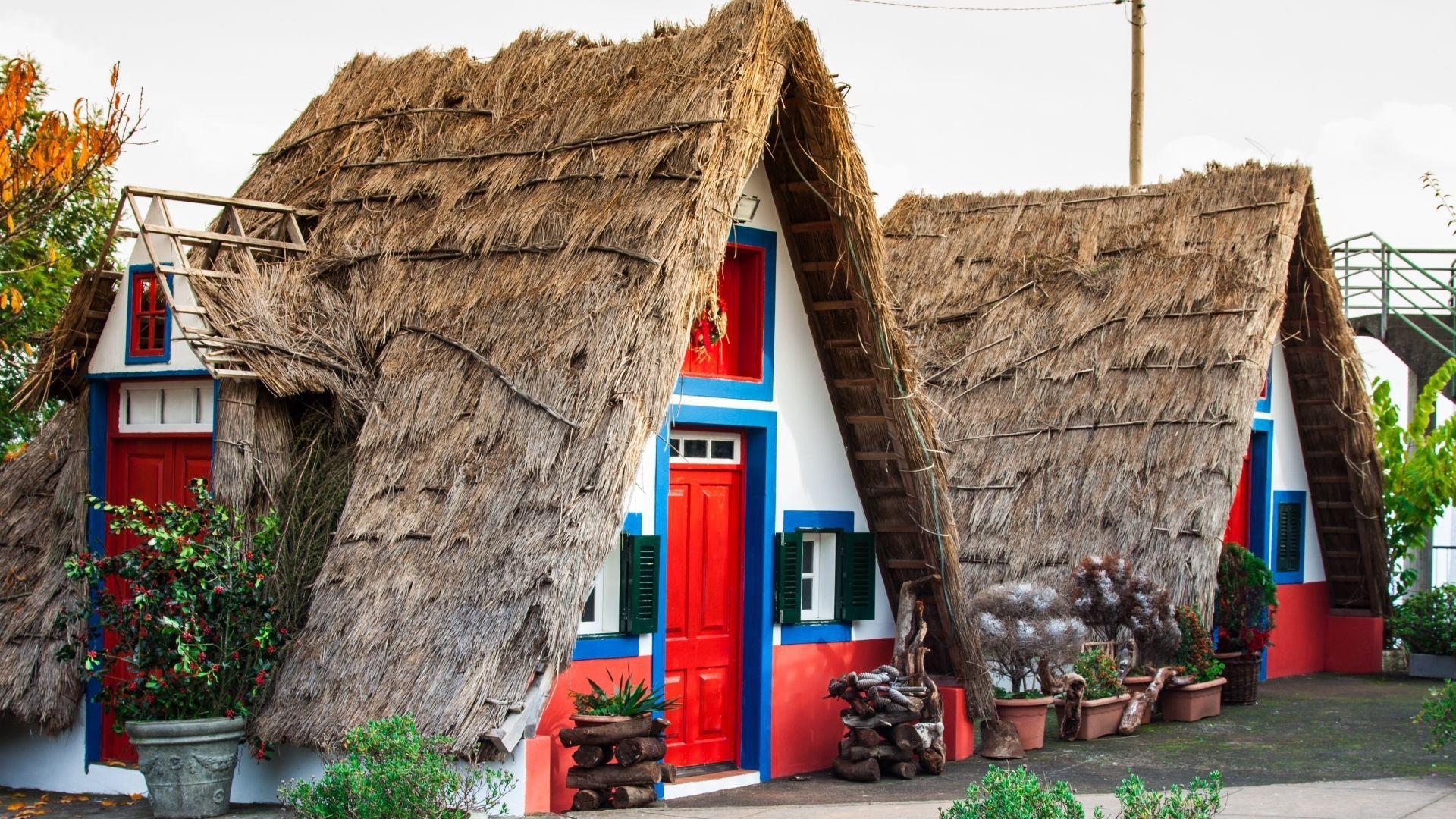 Šiaudiniais stogais dengti nameliai Santanoje