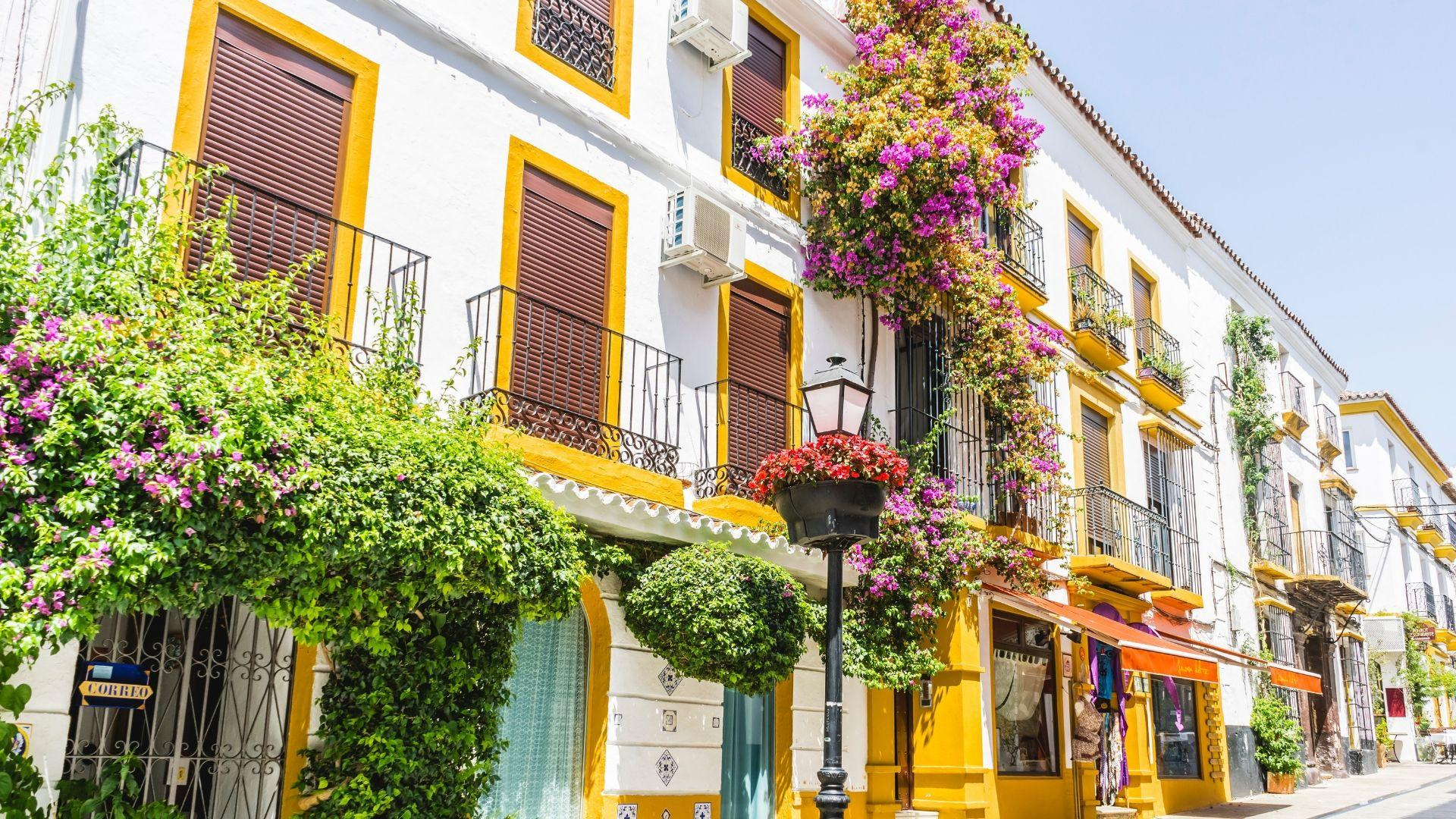 Tradiciniai andalūziški namai su gausybe gėlių