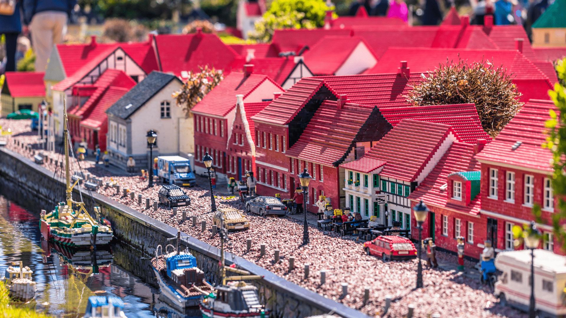 Parke iš LEGO pastatyti ir miestai