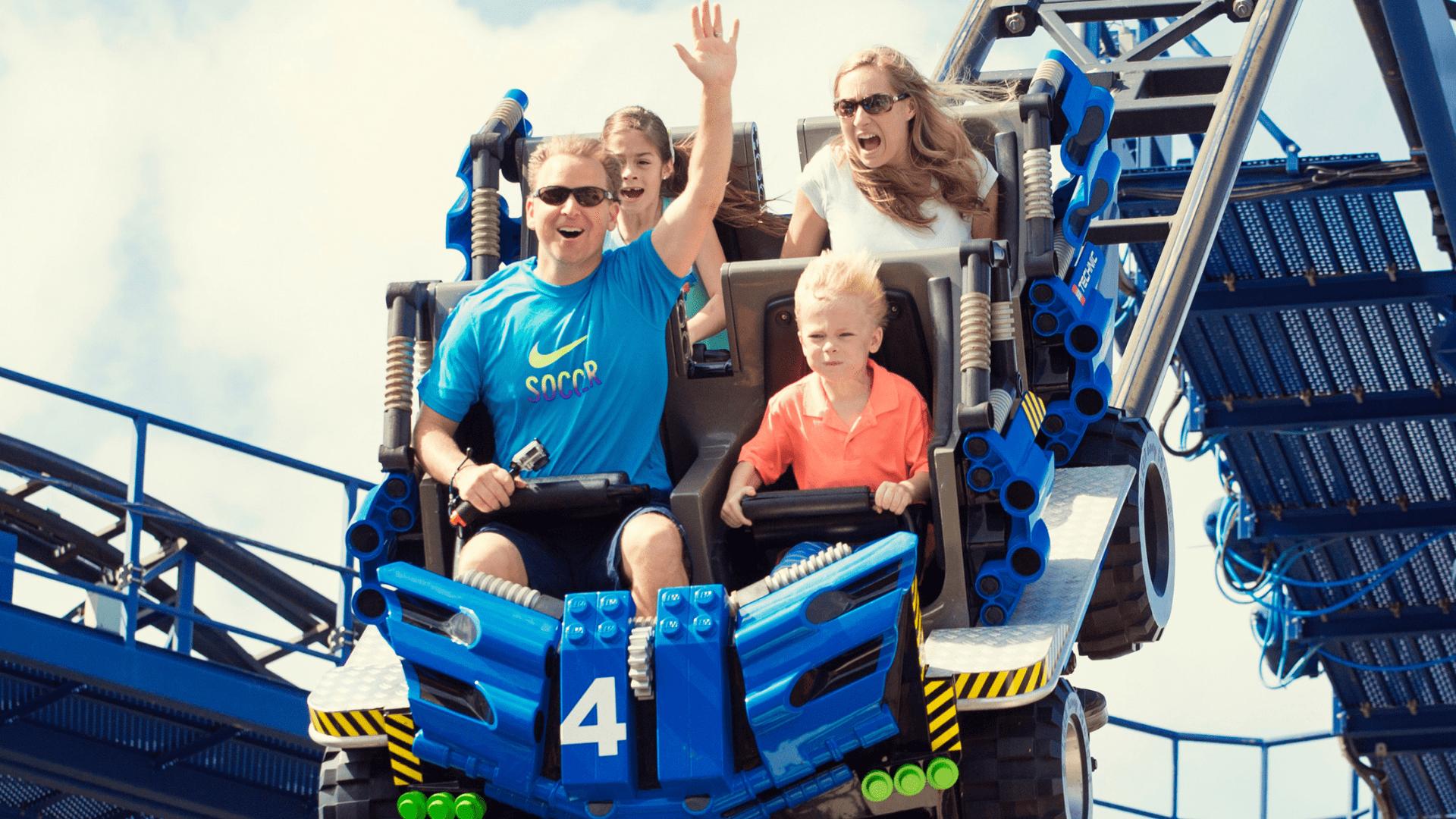 Šeima linksminasi Legolendo parke