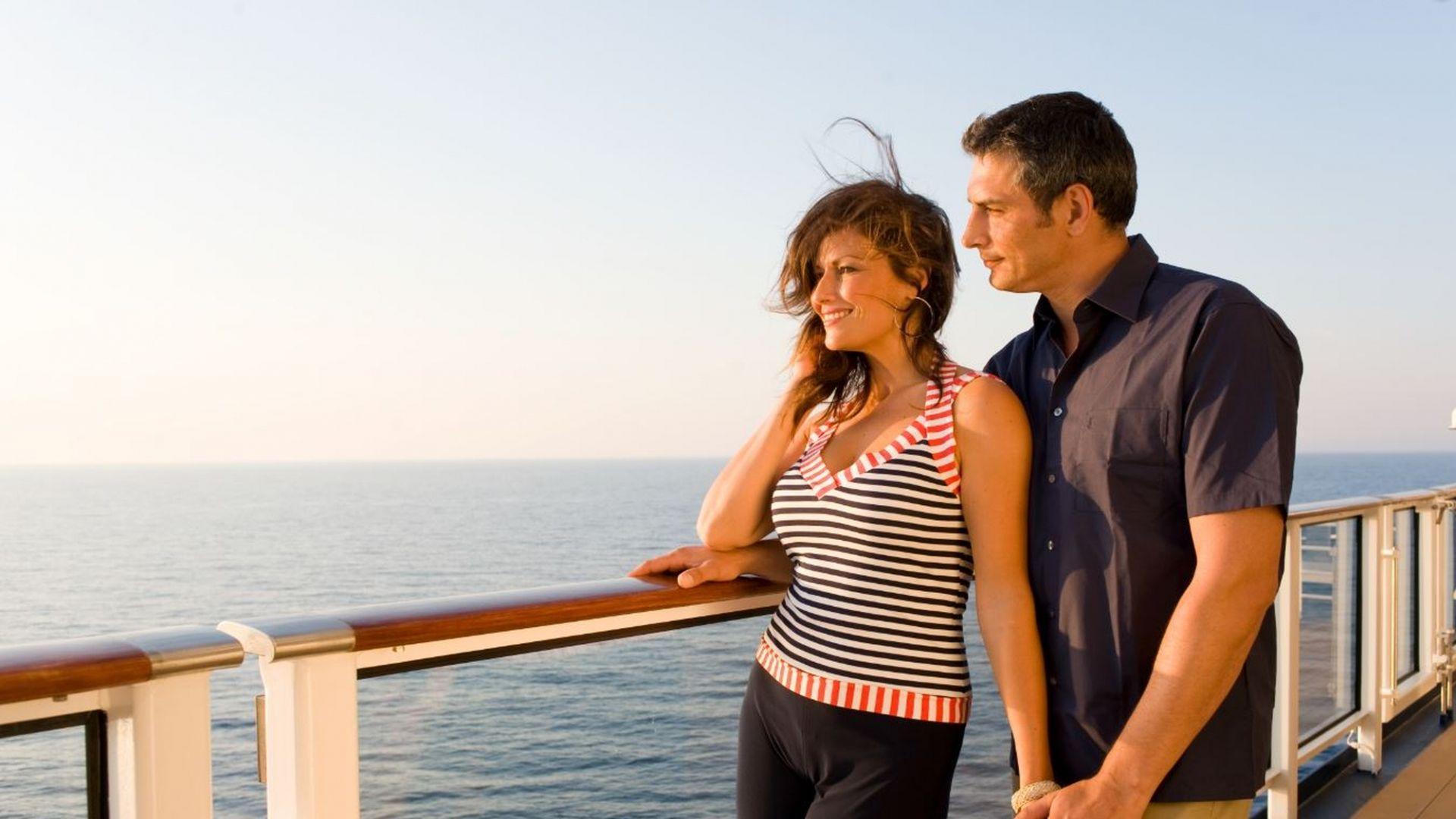 Keliautojai mėgaujasi akimirka kruiziniame laive