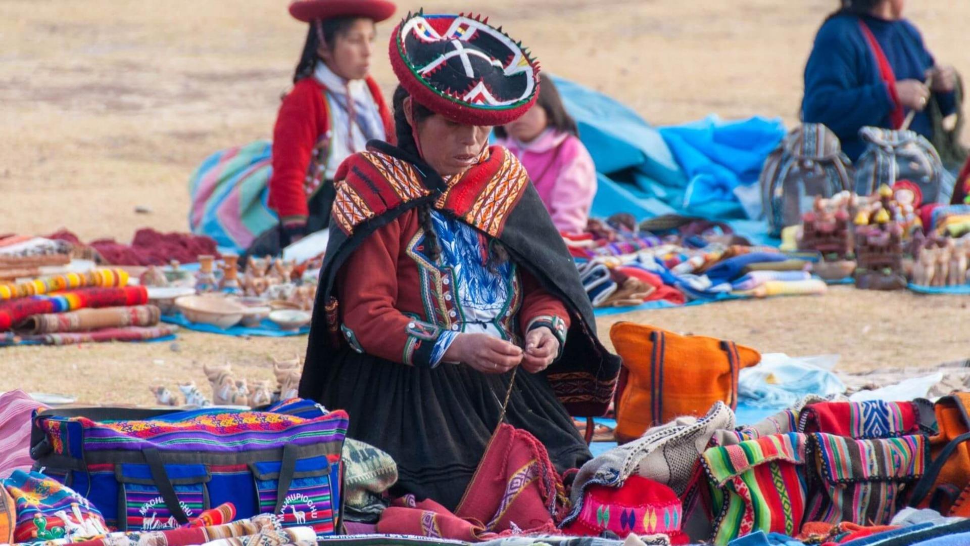 Tradiciniais peruvietiškais rankdarbiais galėsite grožėtis ar jų įsigyti tradiciniame Činčero kaimelio turguje